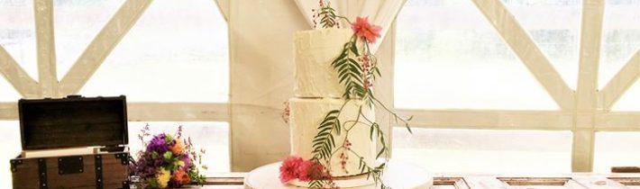 Stefanie and Luke's cake Cake flowers by FLORABUNDA